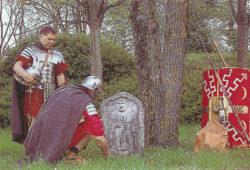 Paulus et Marcus devant les stèles