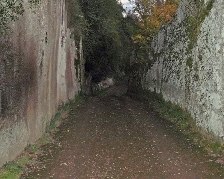 Passage taillé en Toscane, probablement d'origine étrusque
