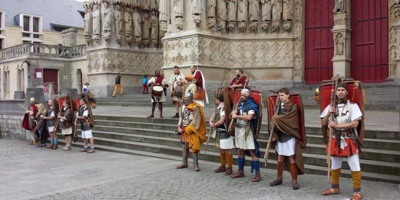 Au départ, devant la cathédrale d'Amiens