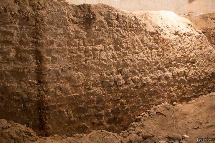 Vestiges d'une ancienne construction au bord de la voie romaine.