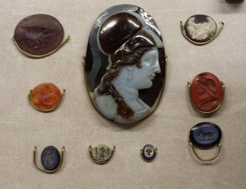 au centre verre-camée entouré d'intailles - Musée Rolin Autun (71)
